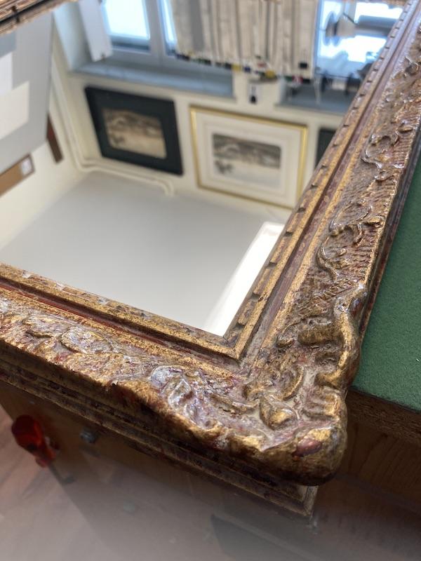 Antiker Bilderrahmen mit Spiegel ergänzt.