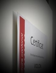 Die erhöhte Distanz zwischen Trägerkarton und Certificat vergössert den Schattenwurf in der Einrahmung je nach Lichteinfall.
