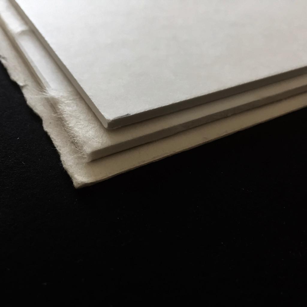 Einrahmung; Schwebende Montage; Grafik ist mit 2 Kartons unterlget