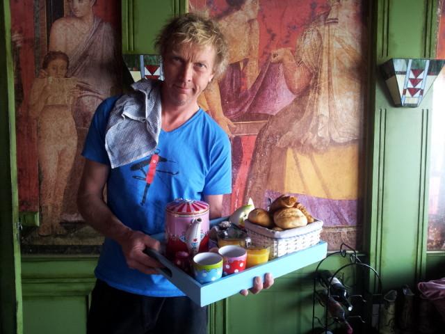 Ruud van het Drijfpaleis brengt het ontbijt naar de kamer.