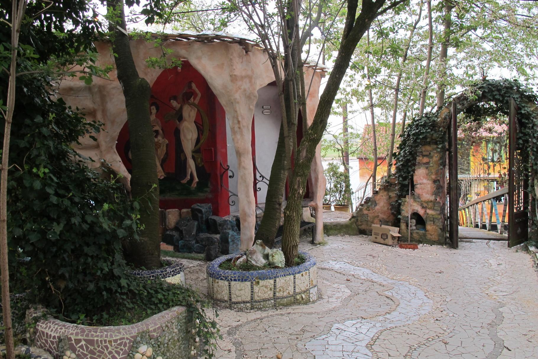 De tuin van Drijfpaleis vol mozaiek.