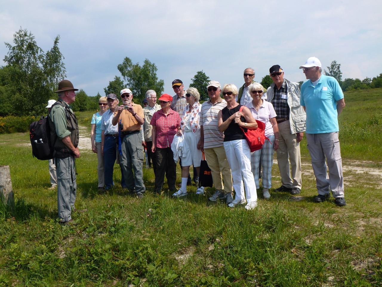 Die Wandergruppe am Tongrubenteich nahe Roonhügel