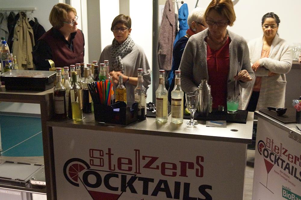 10 und dann wird gearbeitet an Stelzers Cocktails-Bar