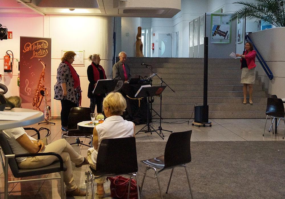 05 Begrüßungsrede von Susanne Fischer und die Melody Ladies warten auf ihren Einsatz