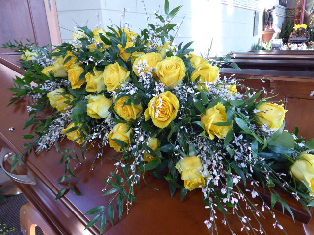 Sargbukett gelbe Rosen u. Ginster