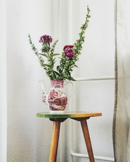 Upcycling: bevor die alte Teekanne von Oma auf dem Sperrmüll landet, ist sie lieber zu einer edlen Vase verwandelt worden