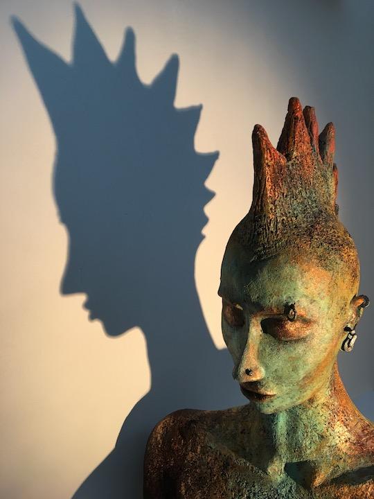 AN MUT von Pam Jonas: Kopf/Büste, 44 cm, Steinzeug, Eisen (Detail/Schattenwurf)