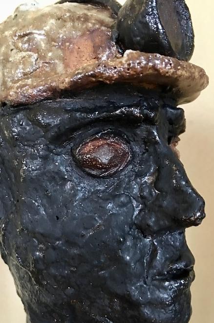 """Velsen PJ2018"" von Pam Jonas: Kopf/Büste, Bergmann, Kumpel, EBV, ErlebnisBergwerkVelsen, Art-et-Charbon-2018, Steinzeug, Redox (close-up)"