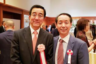 新潟中国総領事館のパーティにて 中国新潟総領事さま(写真左)と記念撮影