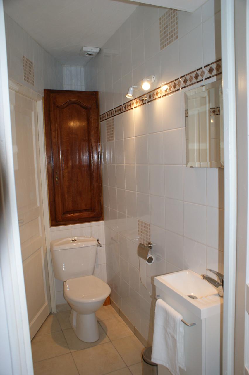 WC séparé marron