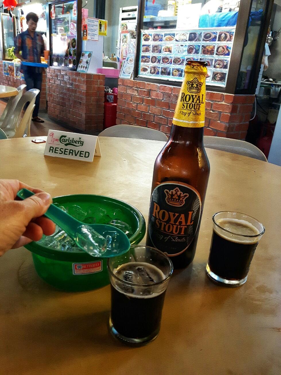 Gelöscht wird dann mit Bier, dass hier von Vielen mit Eiswürfeln verdünnt wird