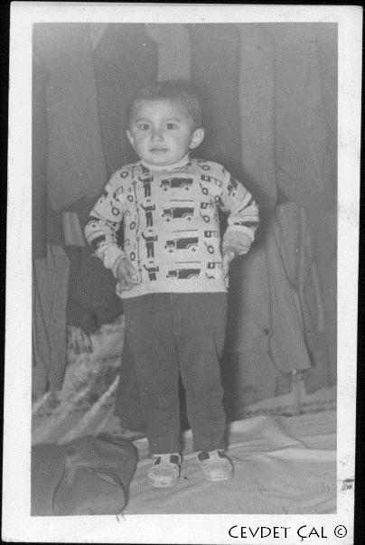 Cevdet Çal - Güney Giyim Sanayinin temellerinin atıldığı evdeki dikim ve konfeksiyon köşesi ve en çok sevdiğim arabalı kazağım... Cevdet Çal
