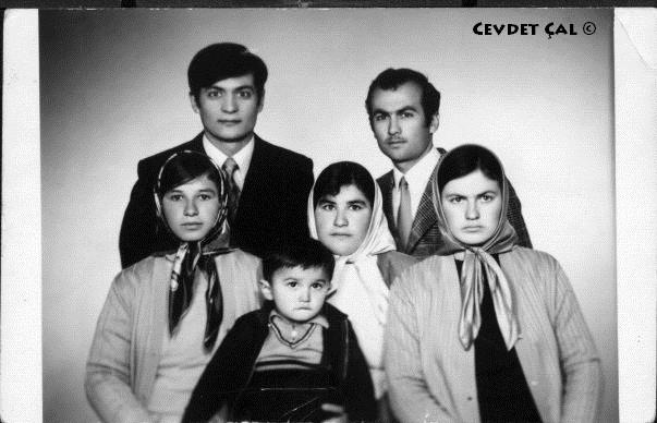 Çal Ailesi Denizlide - İlk kez kasaba dışına çıktık Denizli ye gittik .Oysa ben Almanya ya gittiğimizi sanıyordum.Kasaba dışında sadece Almanya olduğunu sandığım günlerden... :-)) (FOTO NİL 1973-DENİZLİ) Cevdet Çal