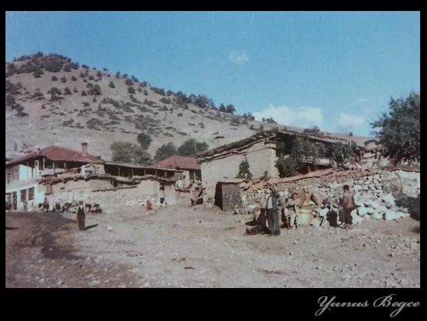 Kasabamizin en eski görüntülerinden. Bitlilerin, Cörenlerin ve Deliumarlarin evleri.\nAsagi Caminin önü. Yunus Begce