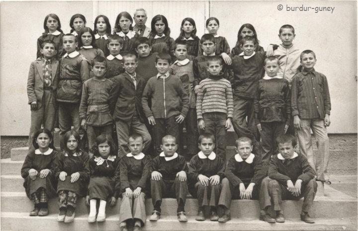1973 Güney ilk okulu 5A Riza Ayko - Toplam mevcut:34 (Ayse Basbug eksik) En ön sira,soldan saga:Serife Öztürk/Nurgul Dank/Bahar Basbug/Nuri Batbay/Seyfi Öztürk/Fethi Bayhan/Hüseyin Basbug/Ilyaz Atalay///Ikinci sira:Ferit Cavdar,Arif Turan,Bayram Atalay,Ah