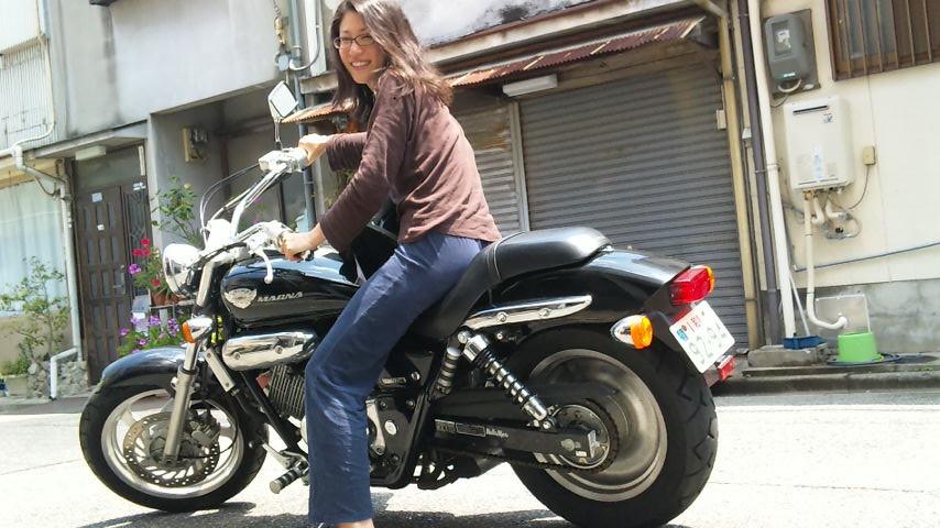 バイクにまたがる! マキさん。