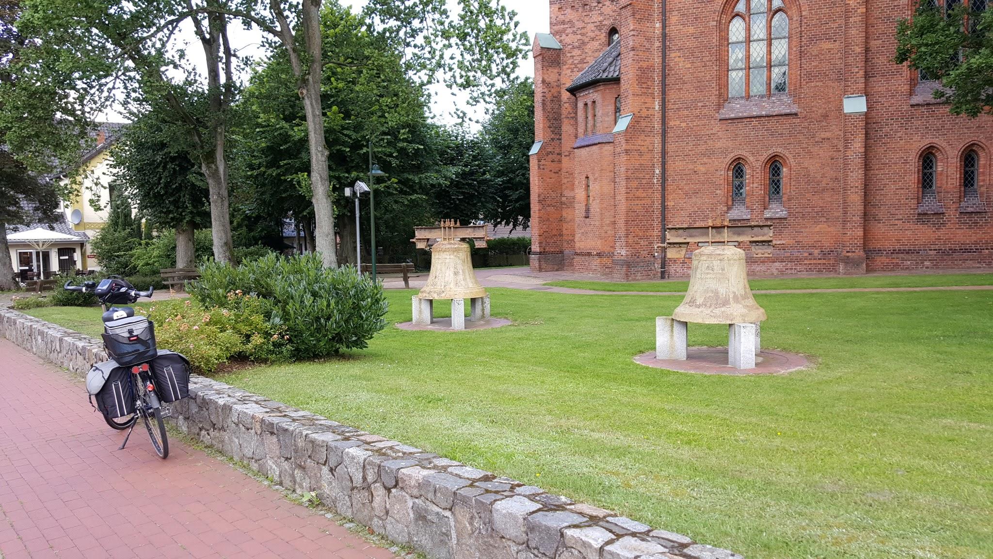 Kirchenglocken vor der Kirche