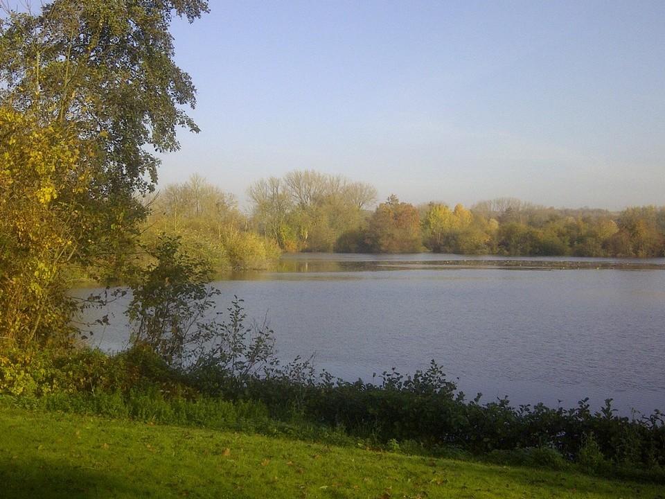 Le bord des étangs à la Grenouillère Frise Camping pêche Somme