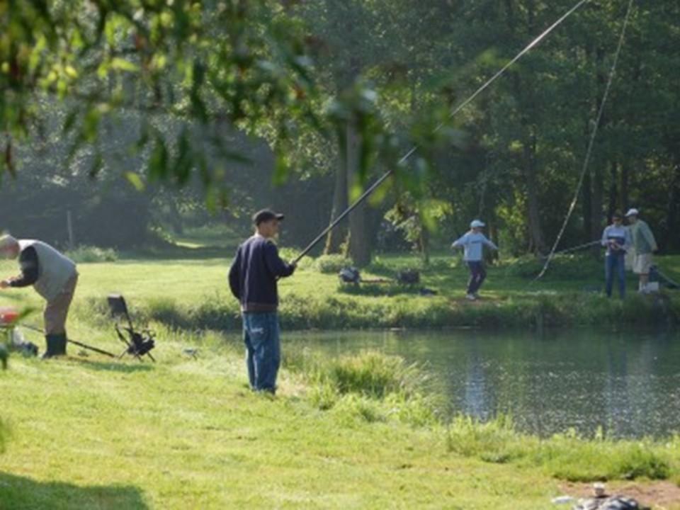 Un pêcheur à la Grenouillère Frise camping pêche Somme