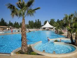 Pool mit 3 Riesenrutschen und Whirlpools