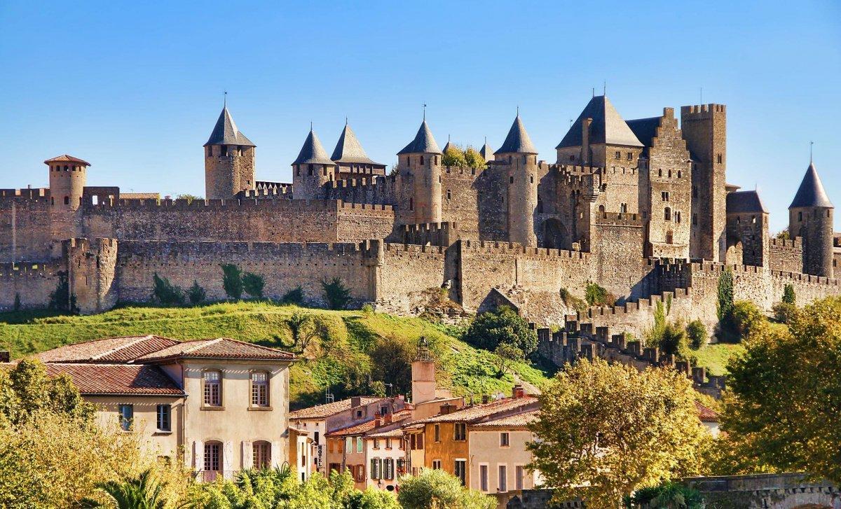Die Cité de Carcassonne auf dem rechten Ufer der Aude gehört seit 1997 zum Weltkulturerbe der UNESCO. Sie ist mit 4 Millionen Besuchern pro Jahr die touristische Hauptattraktion der Stadt und eines de