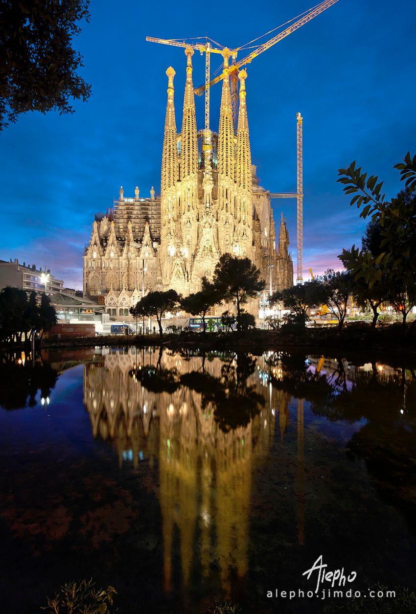 Fachada del nacimiento con reflejo completo de noche. Sagrada Familia. Vertical