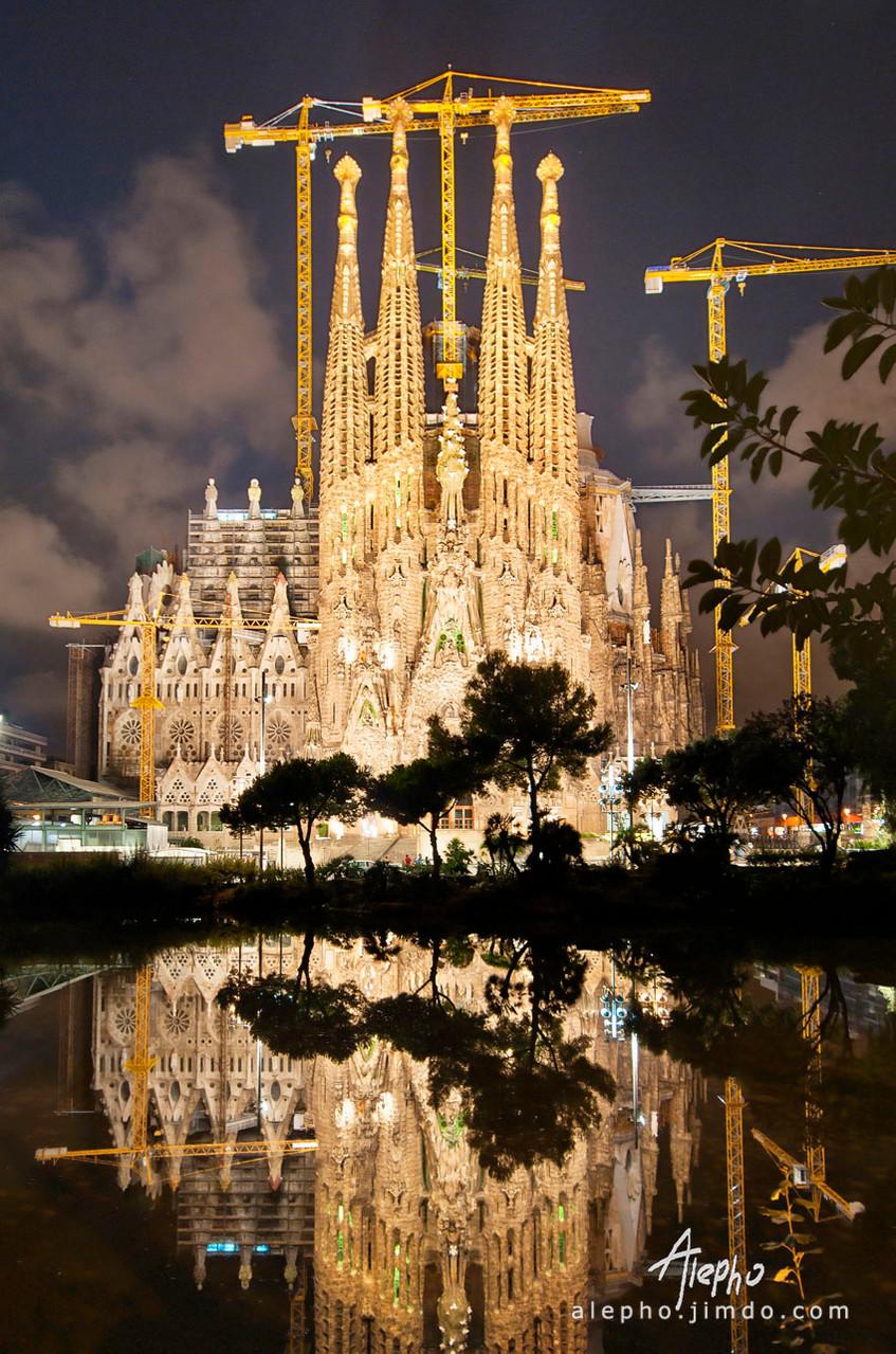 Fachada del nacimiento con reflejo completo de noche. Sagrada Familia