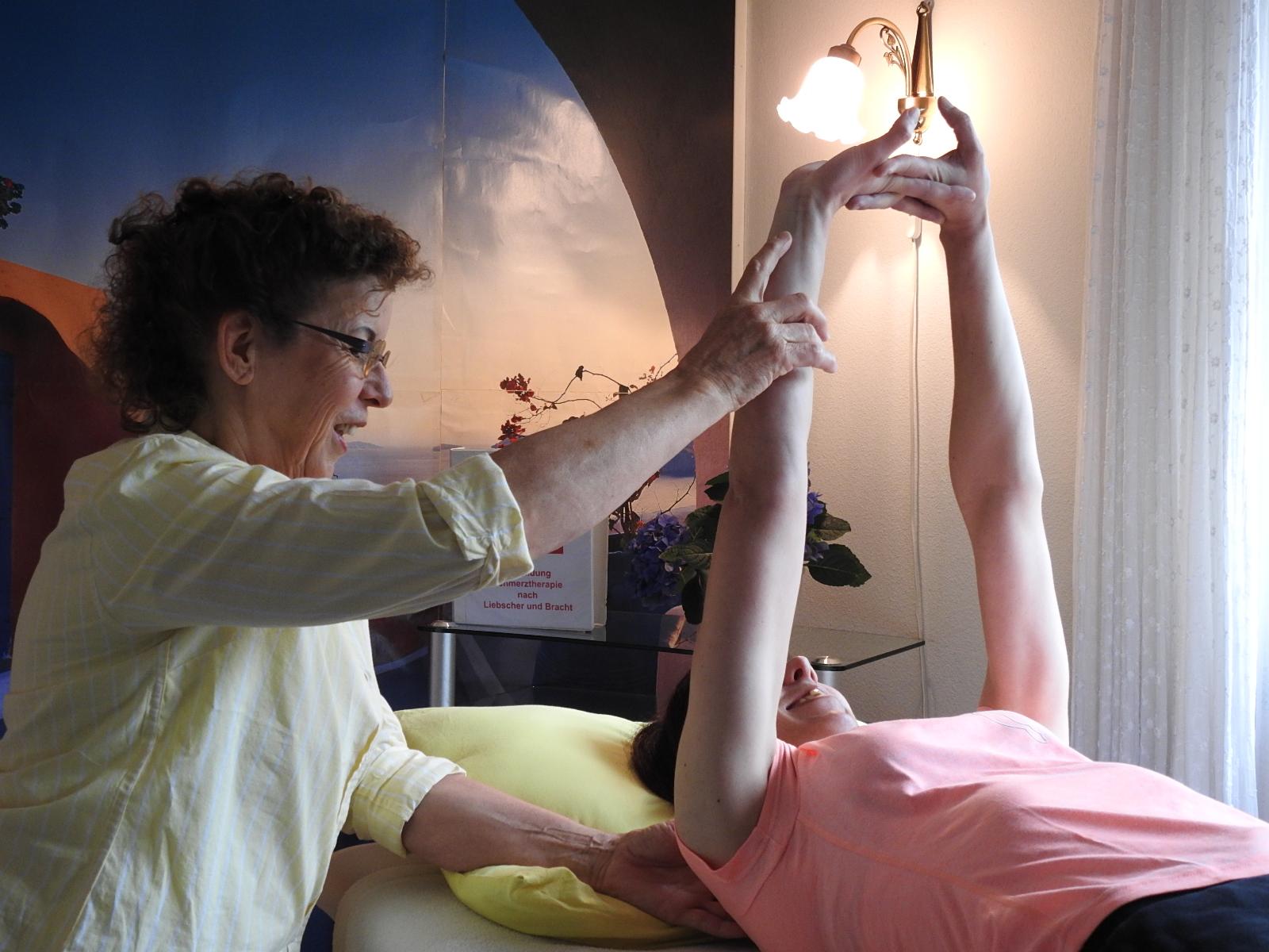 Hier eine Dehnübung nach Liebscher und Bracht. Sie spricht sowohl Muskeln und Sehnen als auch die Faszien an.
