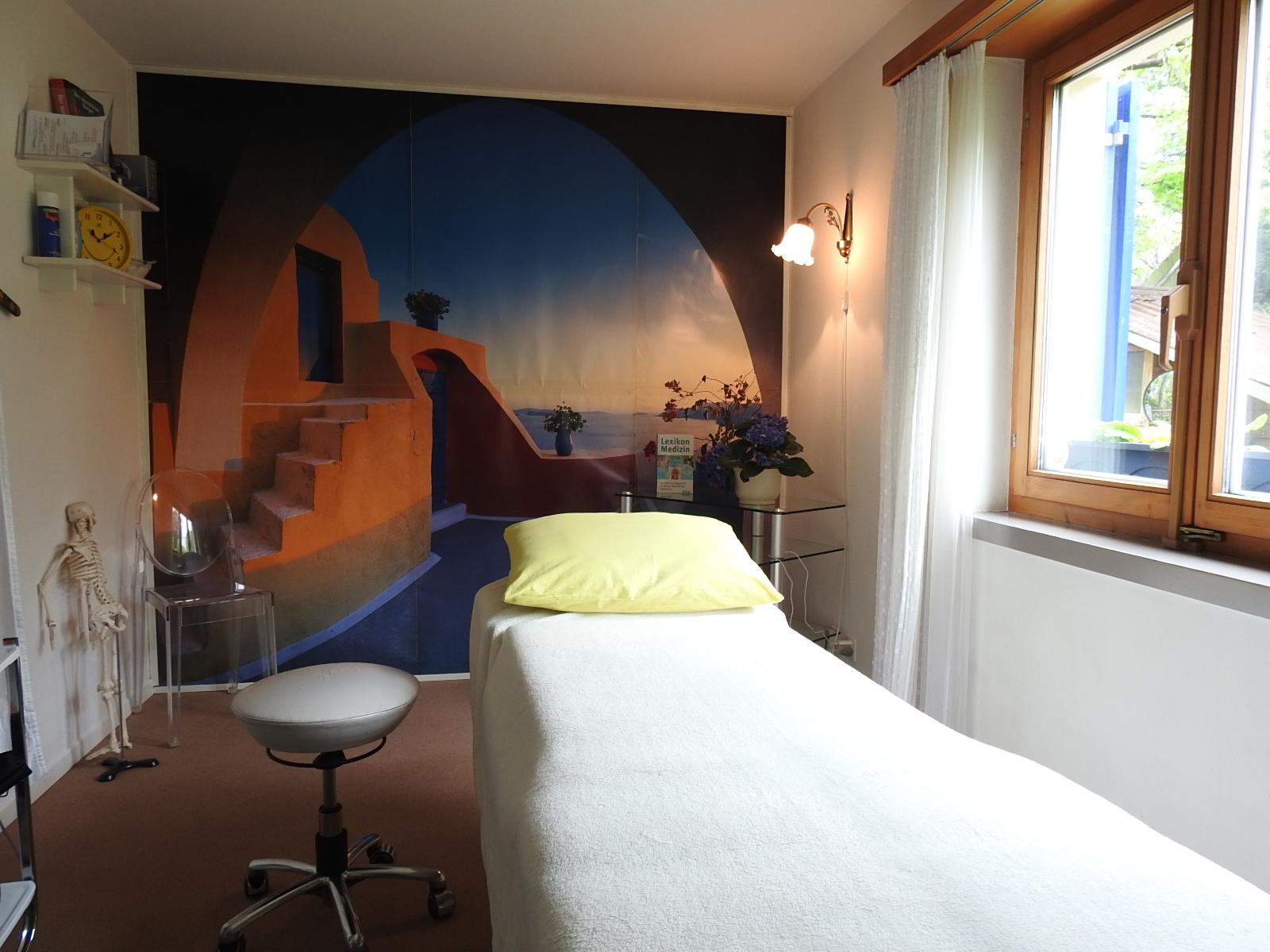 Unser Praxisraum in Oeschen ist ebenerdig zugänglich und versetzt uns mit seinem mediterranen Wandbild fast schon in Ferienstimmung.