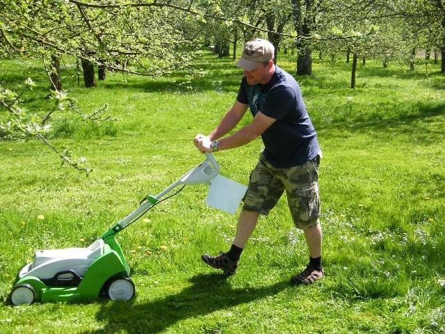 Testen der Akku-Rasenmäher
