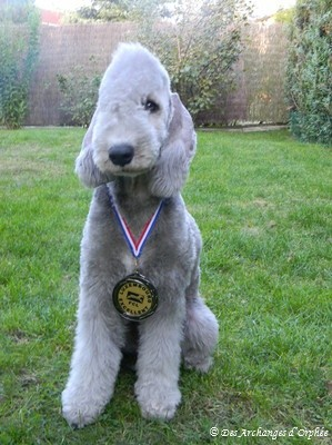 Bébé Olga avec sa médaille.