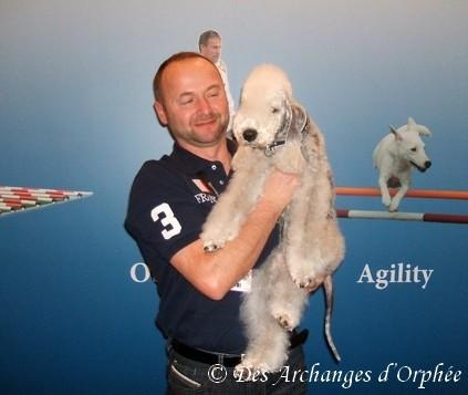 Olga avec son papounet.