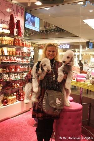 Orphée & Olga dans leur boutique rose préférée...