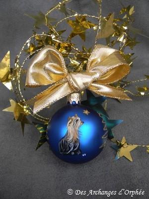Boule de Noël bleue avec peinture.