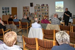 Harald Molder (r.) bei der Buchvorstellung im Deichtreff. (Foto: H. Pischke)