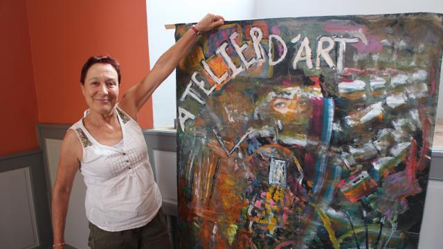 Nadine Quinton, présidente de l'Atelier d'art, avec la fresque réalisée par les adolescents. | OF