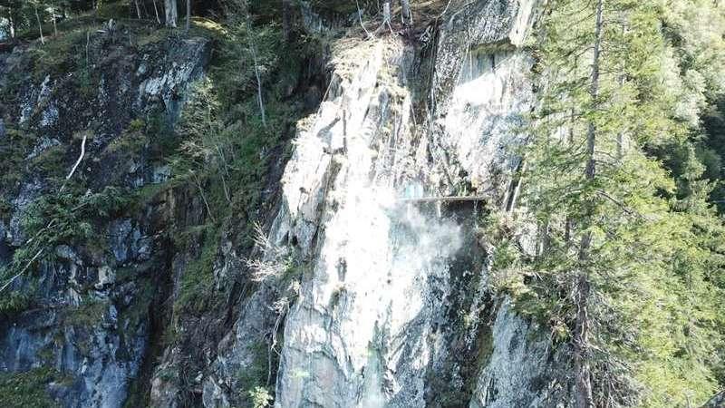 Diese Felsmassen ob der Valserstrasse sind instabil und müssen zur Sicherheit gesprengt werden.