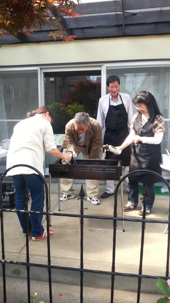 焼きそばを作るために火起し中のメンバー。左から岡田姉、竹屋兄、飯野兄、光増姉 2013/5/4