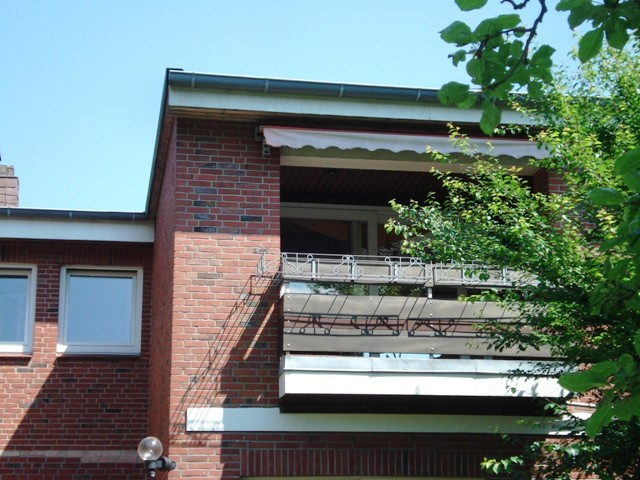 Der überdachte Balkon vom Garten aus aufgenommen