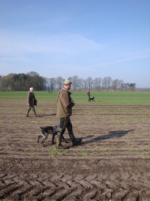 auf trockenen, staubigen Feldern suchen wir nach Hasen