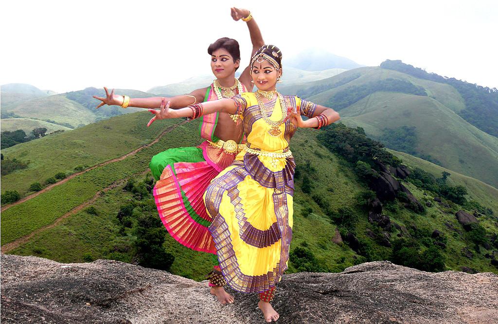 Alex Antoni (hinten) Student für Bharathantya (Klassischen Tanz)