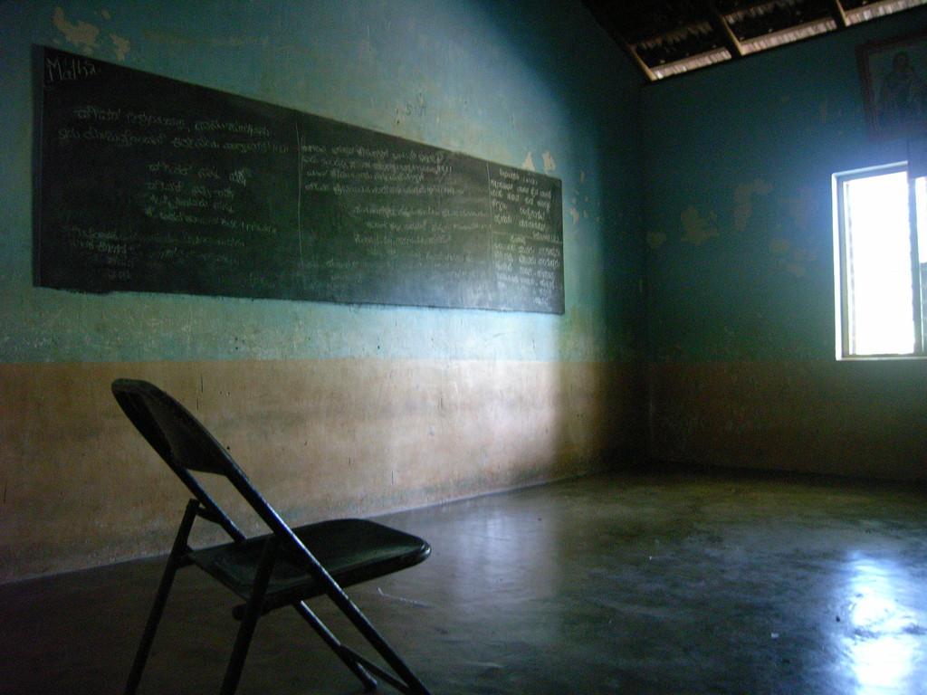 Unterrichtsraum, die Schüler sitzen auf dem Boden. Kinderheim Anuwathy