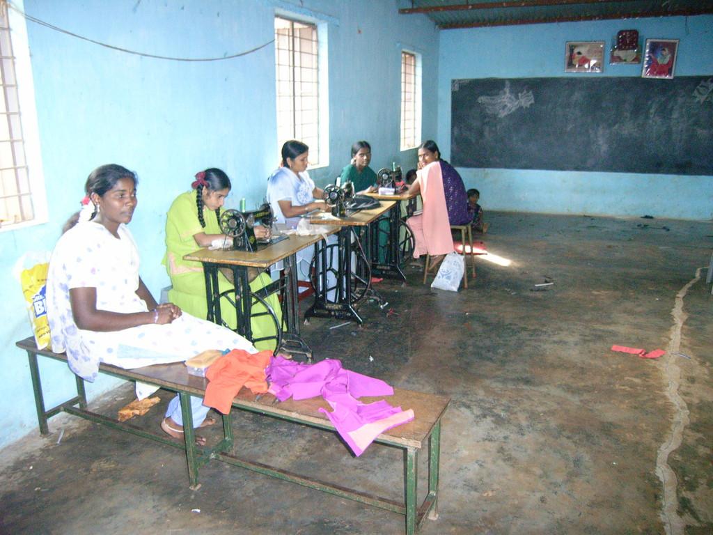 Ausbildung für junge Frauen in einer Schneiderei.