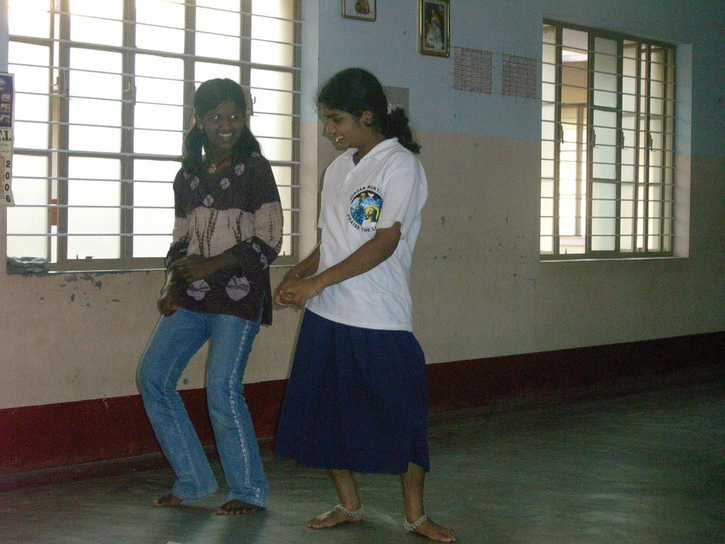 Taub-stumme Kinder tanzen zu Musik, die sie nicht hören können.