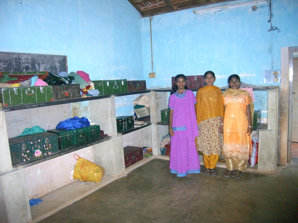 Mädchenheim in Anuwathy, Die Habseligkeiten der Mädchen werden in Kisten aufbewahrt.