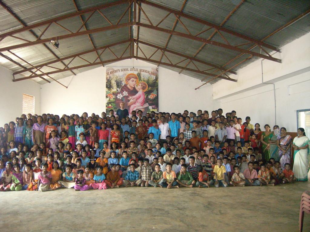 Ca 200 Schüler in der Schule in Iduvally