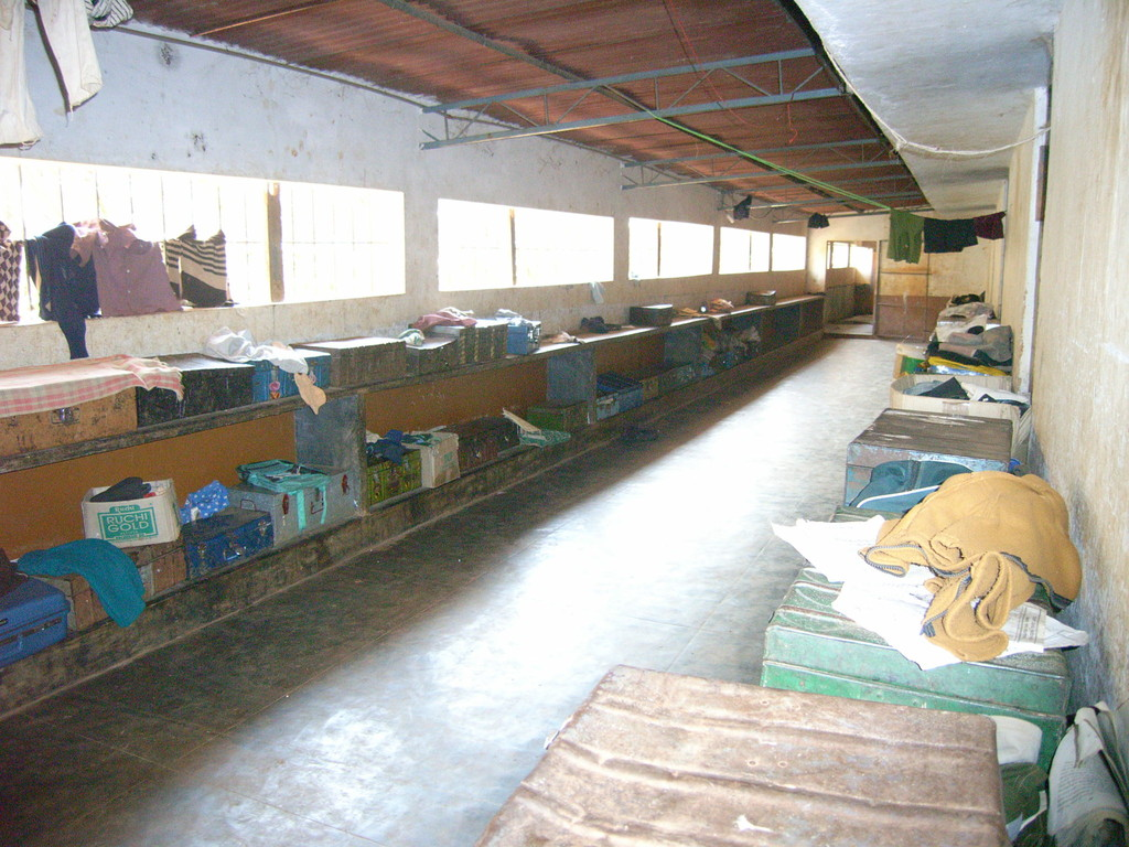 Kinderheim in Iduvally, die Habseligkeiten der Kinder werden in Kisten aufbewahrt.