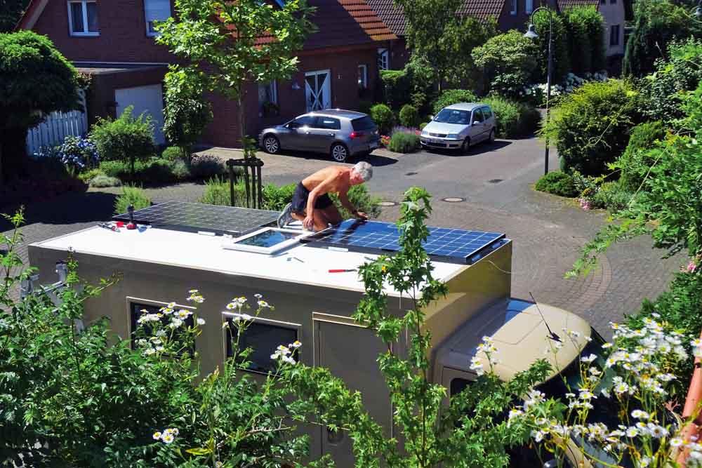 Solarpaneele werden angebracht