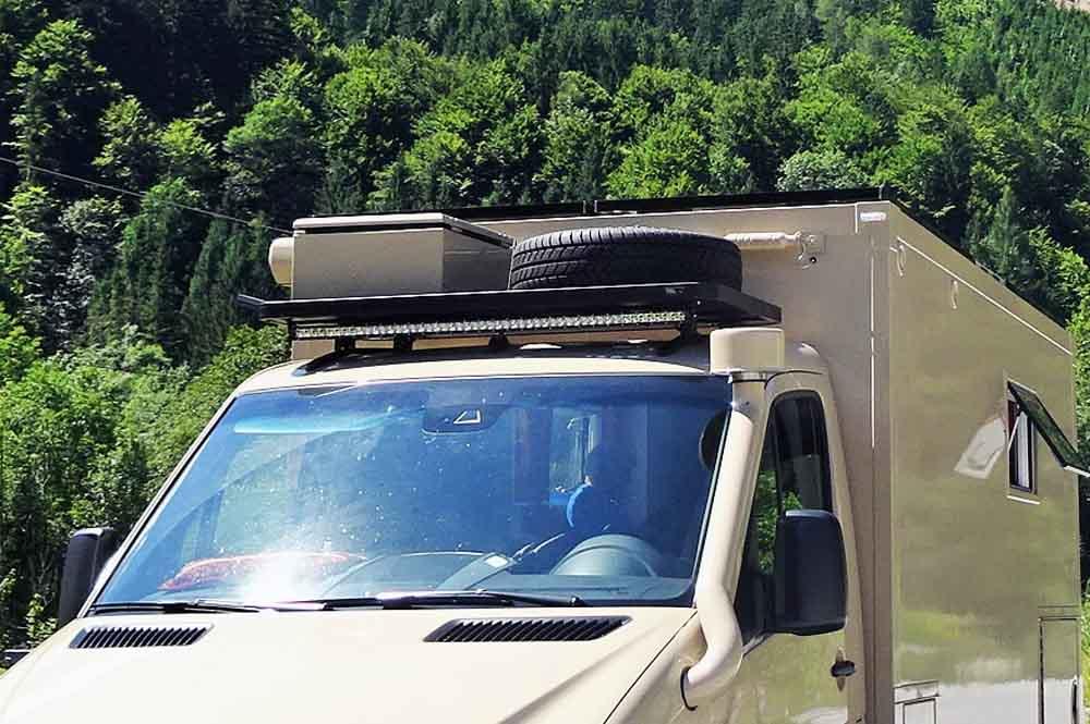 Dachgepäckträger, LED Light Bar, Ersatzrad, Staukiste und Luftansaugung sind montiert