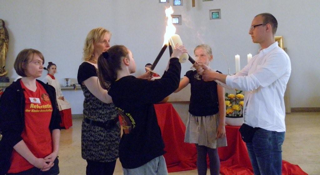 """Lichtträger entwicklen eine Flamme und """"Die Flamme der Hoffnung - The Flame of Hope"""" kann entzündet werden"""